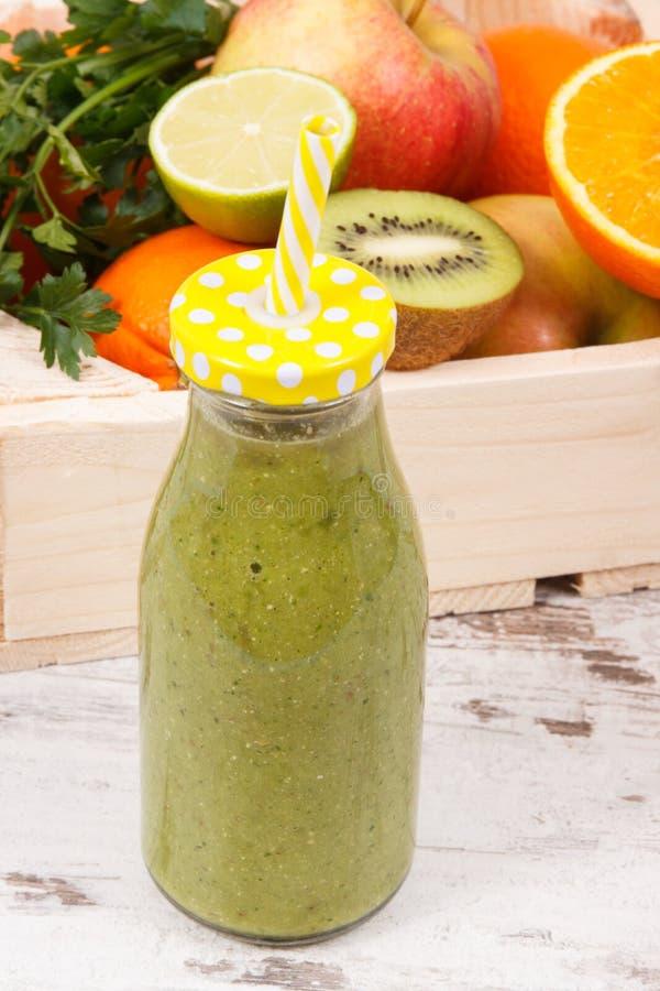 Sund smoothie från frukter och grönsaker som källvitaminer Bantning och näringsrikt efterrättbegrepp royaltyfri foto