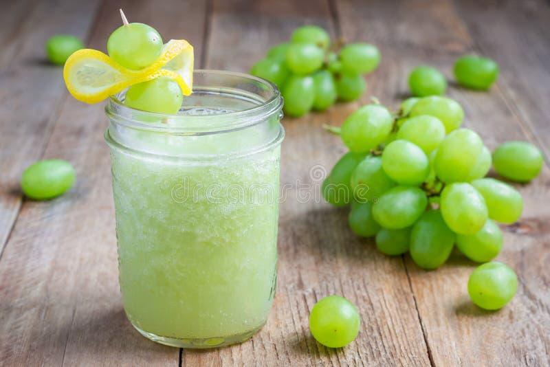 Sund smoothie med den gröna druvan, citronen och honung som är horisontal royaltyfria foton