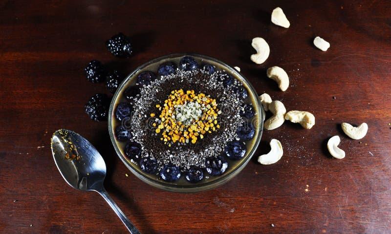 Sund Smoothie som göras med nya organiska ingredienser royaltyfri bild