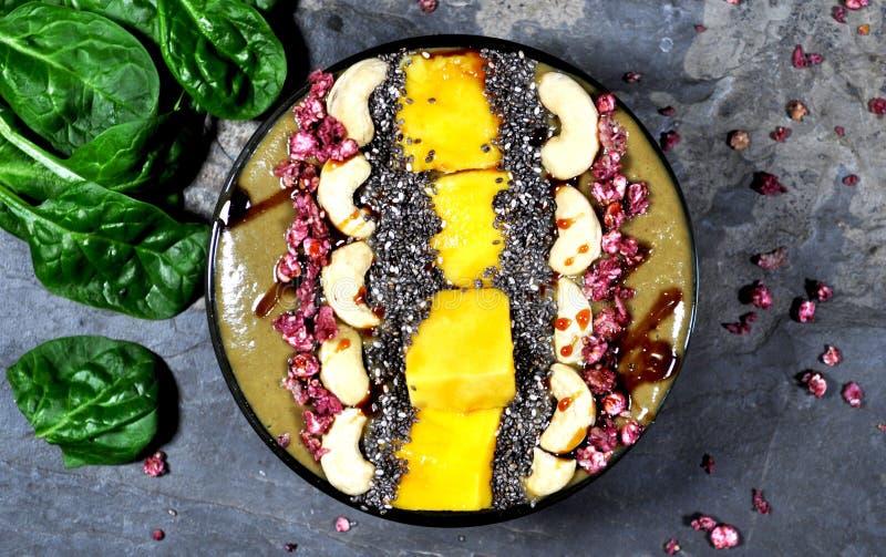 Sund Smoothie som göras med nya organiska ingredienser arkivfoto