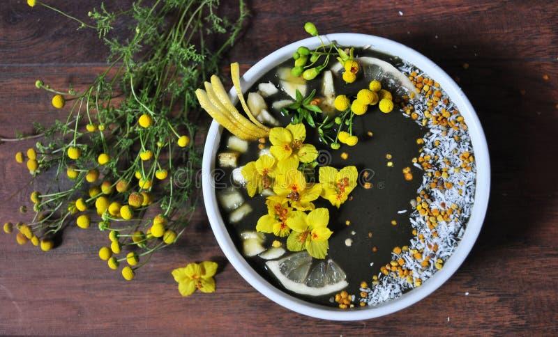 Sund Smoothie som göras med nya organiska ingredienser arkivbild