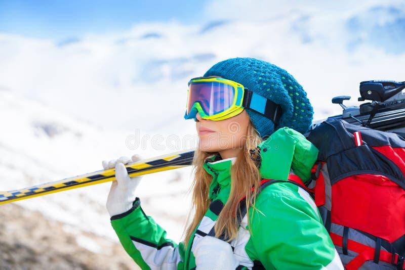 Sund sportive skidåkarekvinna royaltyfria foton