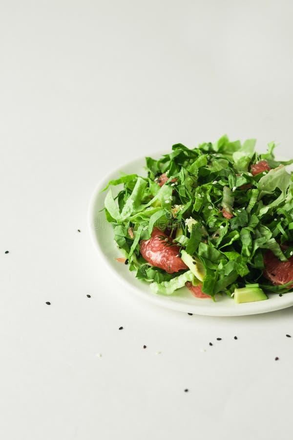 Sund strikt vegetarianavokado och betasallad i den vita bunken arkivfoton