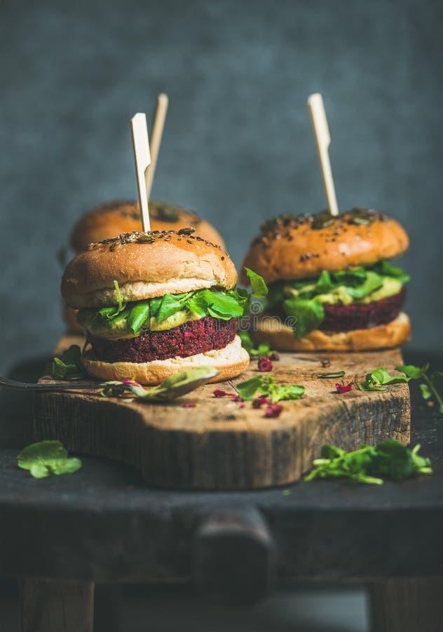 Sund strikt vegetarianhamburgare med denquinoa lilla pastejen, rengöring som äter begrepp arkivbilder