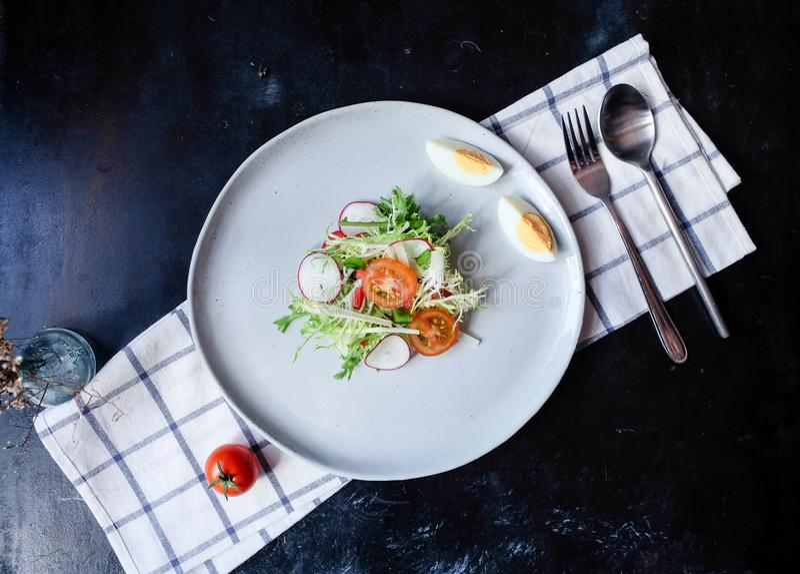 Sund strikt vegetarianlunchbunke Avokado, quinoa, tomat, gurka, röd kål, gröna ärtor och rädisagrönsaksallad Top beskådar royaltyfri bild