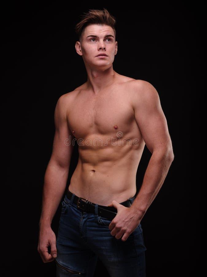 Sund tonårs- grabb som är shirtless på en svart bakgrund Sportiga unga män Muskelbyggnadsbegrepp fotografering för bildbyråer