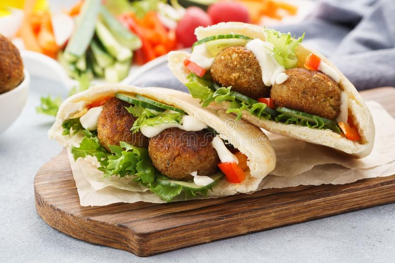Sund vegetarisk falafelpitabröd med nya grönsaker och sås royaltyfria foton