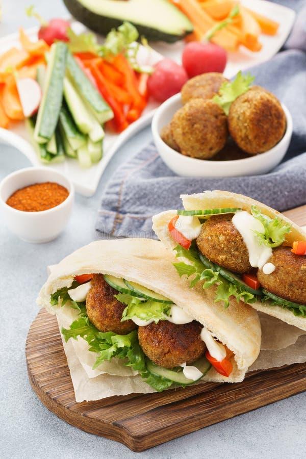 Sund vegetarisk falafelpitabröd med nya grönsaker och sås royaltyfri bild