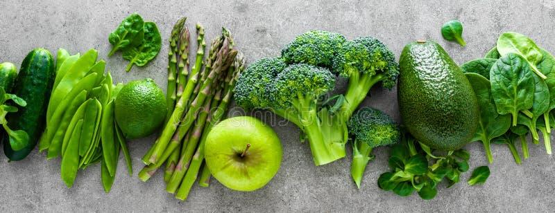 Sund vegetarisk matbegreppsbakgrund, det nya valet för grön mat för detox bantar, rå broccoli, äpplet, gurkan, spenat arkivfoto