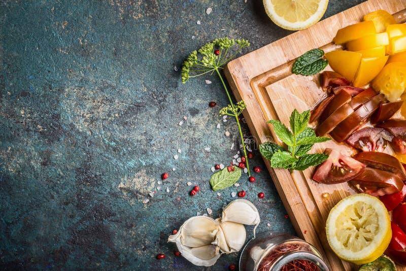 Sund vegetarisk matlagningförberedelse med högg av grönsakingredienser på träskärbräda på mörk lantlig bakgrund, överkant arkivfoton