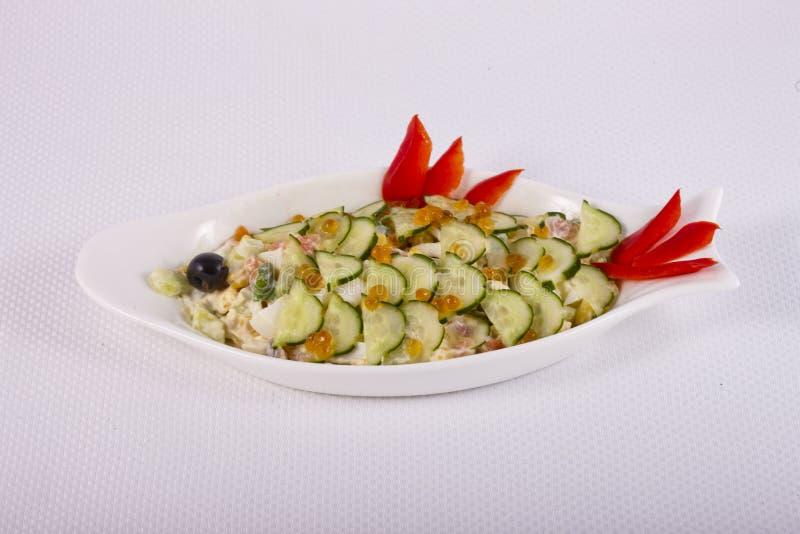 Sund vegetarisk sallad med laxen dekorerade gurkan och fiskromen royaltyfri bild