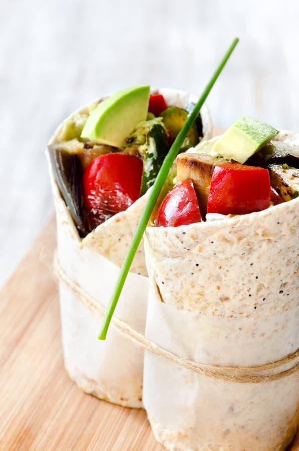 Sunda burritosjalar med grillade grönsaker fotografering för bildbyråer