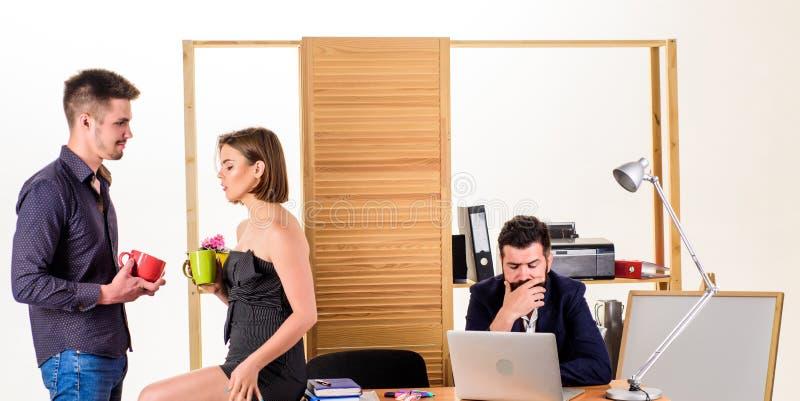 Sunda coworkers för frukost som två dricker te eller kaffe för unga chefer för frukost som talar under frukosttid arkivfoto