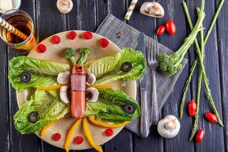Sunda diet-frukostgrönsaker på en platta - lämnar av khasaen, körsbärsröda tomater, paprika, esparagusen, oliv lade ut i royaltyfria foton