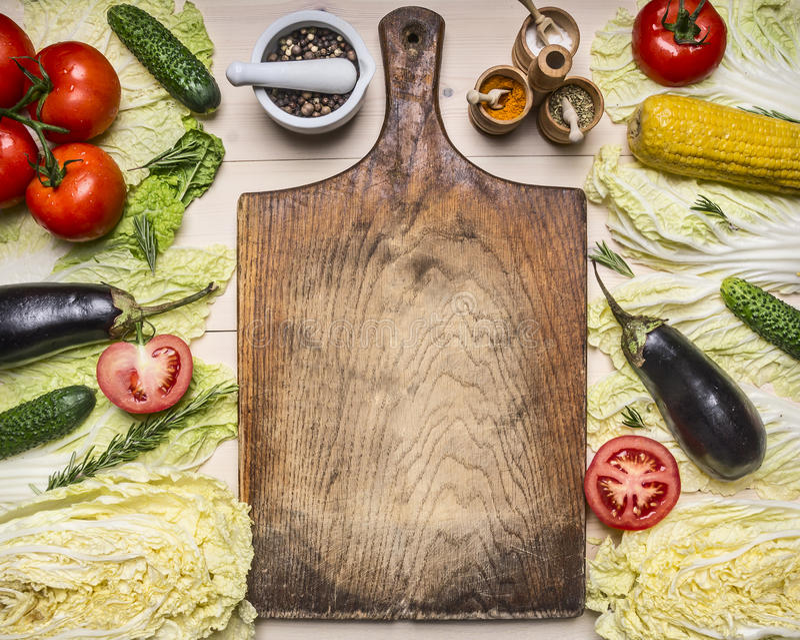 Sunda fodrade olika grönsaker och ingredienser för foods-, matlagning- och vegetarianbegrepp för salladen, runt om tappningklipp royaltyfri fotografi