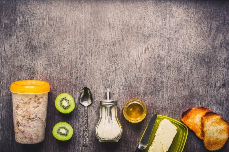 Sunda frukostingredienser Bunke av havregranola, ny frukt och honung Bästa sikt, kopieringsutrymme tonat royaltyfria bilder