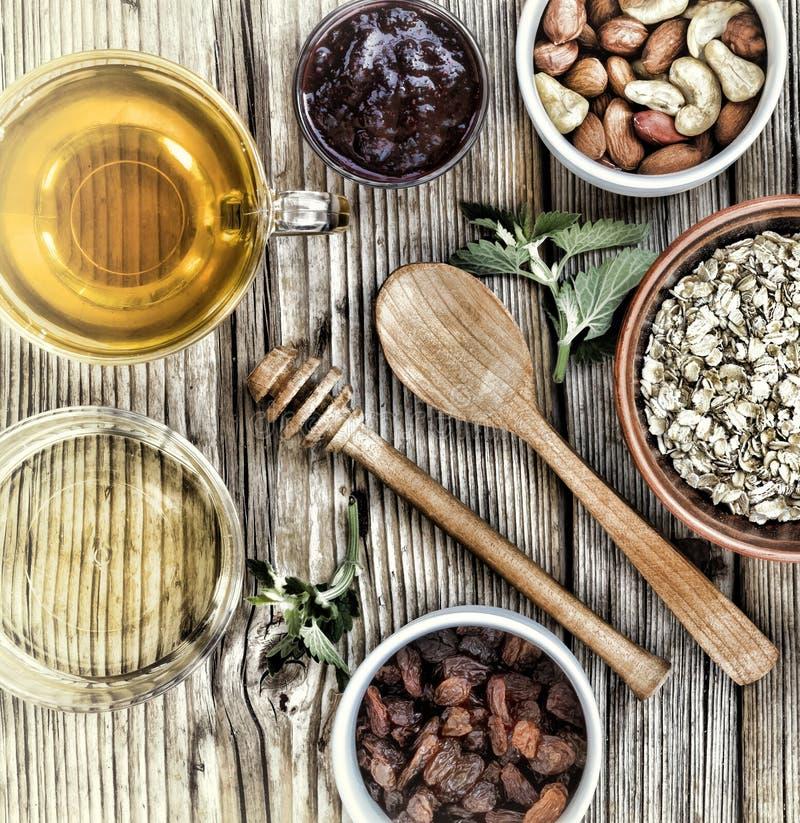 Sunda frukostingredienser för mysli eller granola i mång--färgade bunkar Top beskådar arkivfoton