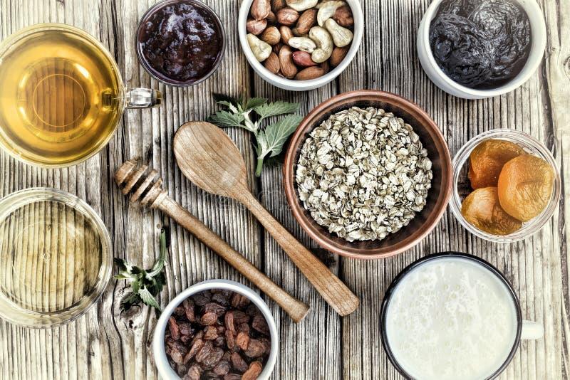 Sunda frukostingredienser för mysli eller granola i mång--färgade bunkar Top beskådar arkivbilder
