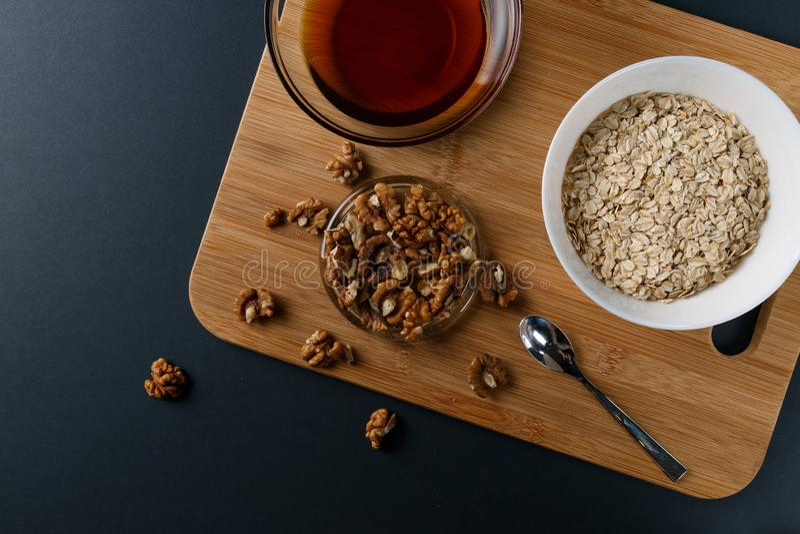Sunda frukostingredienser: honung valnötter, havremjöl arkivbild