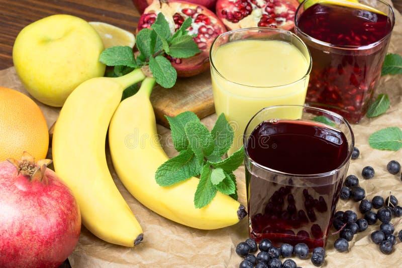 Sunda fruktdrinkar som göras med nya organiska frukter royaltyfri fotografi