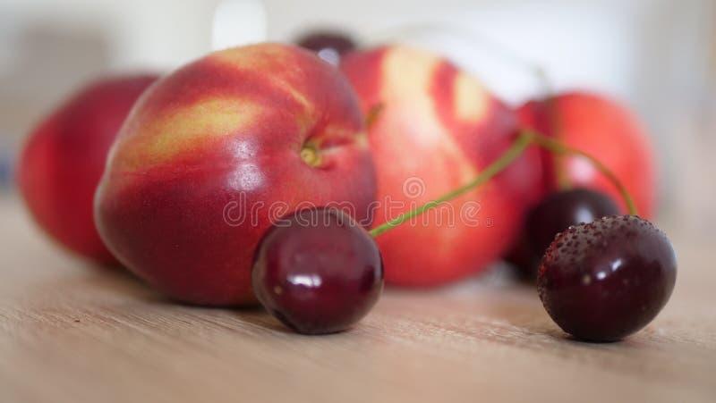 Sunda frukter för ny sommar på trätabellen royaltyfri fotografi