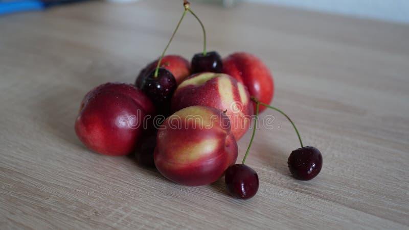 Sunda frukter på trätabellen fotografering för bildbyråer