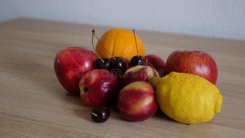 Sunda frukter på trätabellen arkivbild