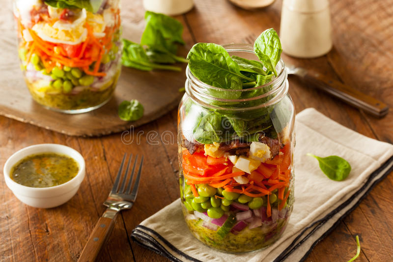 Sunda hemlagade Mason Jar Salad arkivfoto