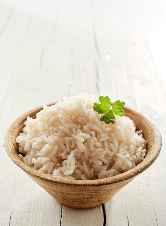 Sunda lagade mat medeltal-kokade ris i en bunke arkivbilder