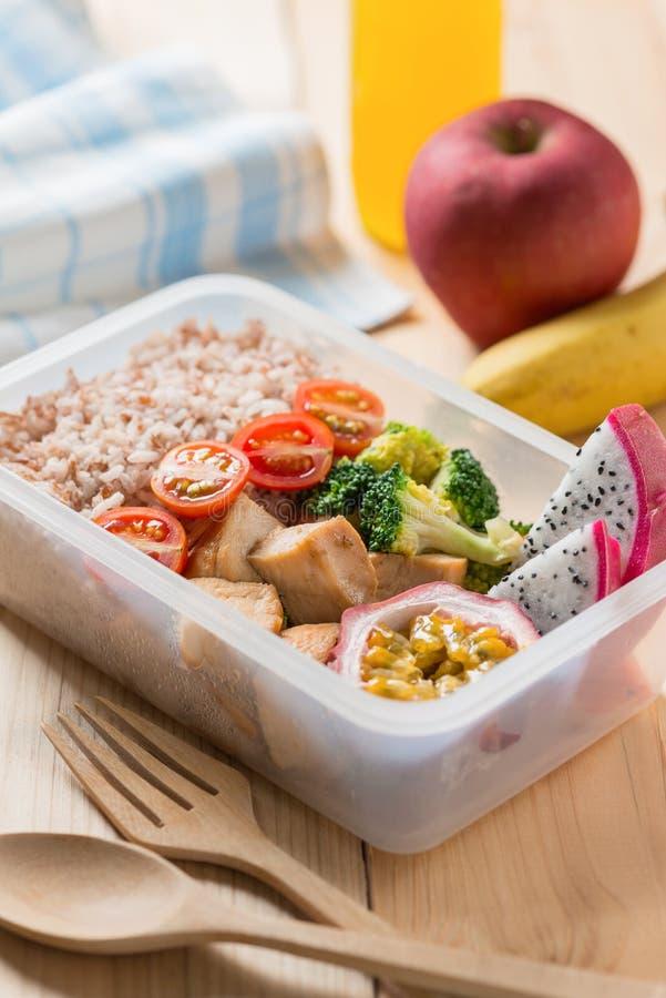 Sunda lunchaskar i plast- packe, grillat fegt bröst med broccoli, tomat och passionfrukt, drakefrukt banta mat fotografering för bildbyråer