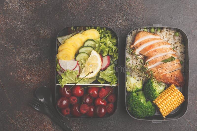 Sunda målförberedelsebehållare med grillad höna med frukter, b royaltyfria bilder