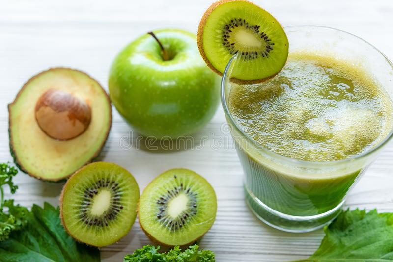 sunda matar Den gröna smoothien för detox, bantar, toppna foods arkivfoto
