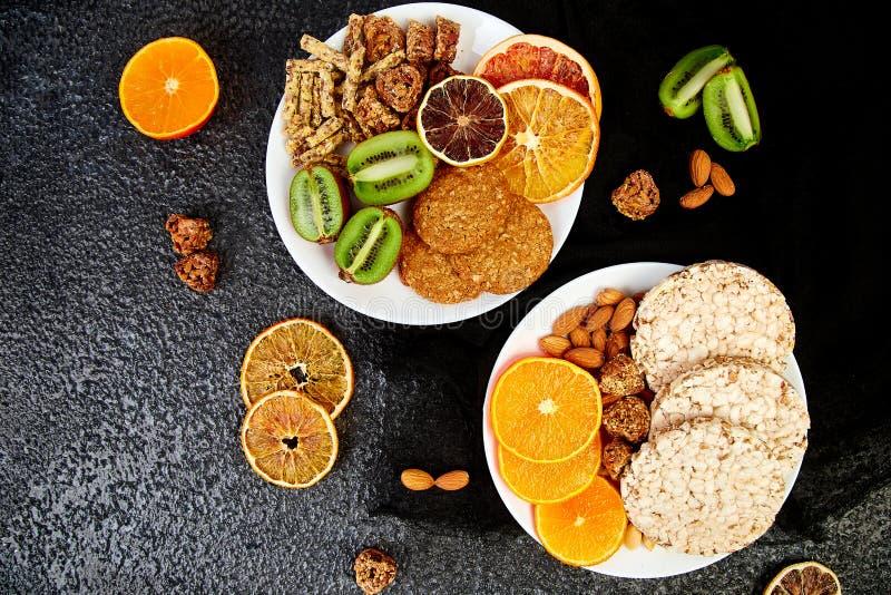 Sunda mellanmål - stång för variationshavregranola, rischips, mandel, kiwi, torkad apelsin royaltyfria foton