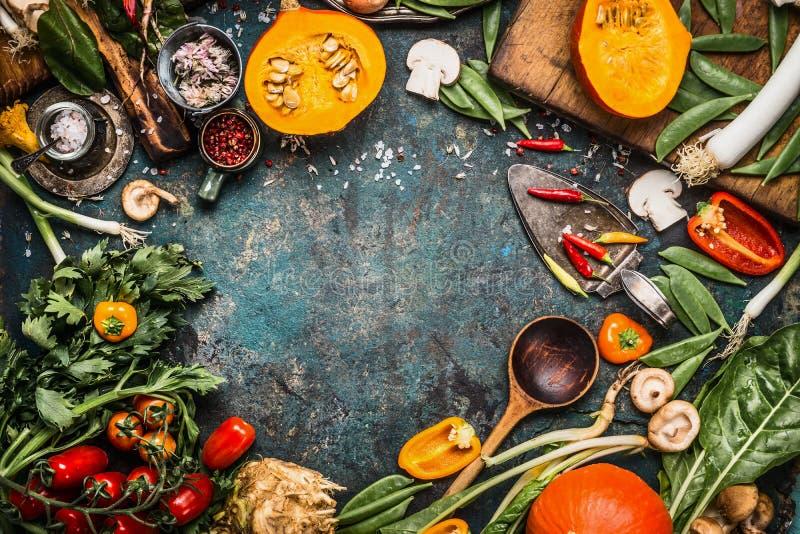 Sunda och organiska skördgrönsaker och ingredienser: pumpa gräsplaner, tomater, grönkål, purjolök, chard, selleri på lantligt kök arkivfoton
