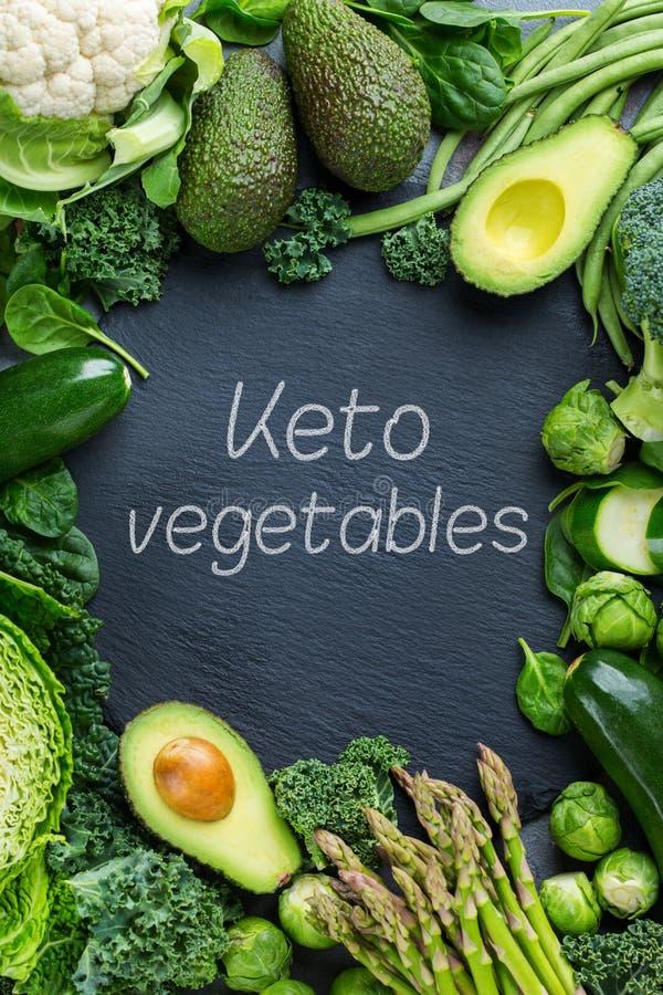 Sunda organiska ketogenic gröna grönsaker för låg carballsidig kost arkivfoto