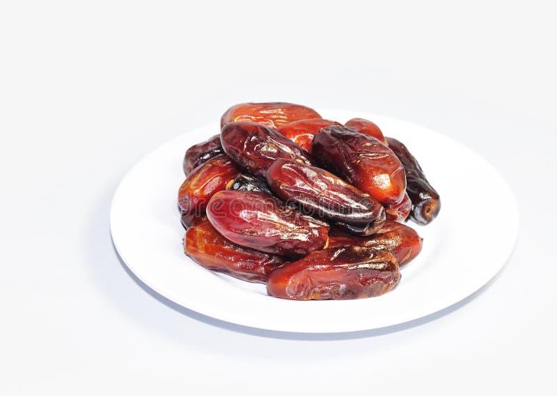 Sunda Ramadan Dried Dates Fruit på plattan royaltyfria bilder