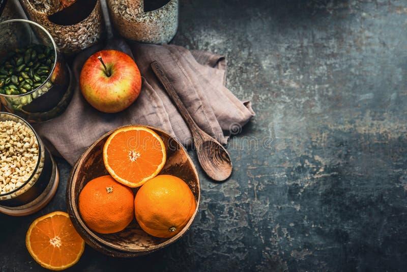 Sunda strikt vegetarianfrukostingredienser på det mörka lantliga köksbordet, bästa sikt kopiera avst?nd Viktförlust som bantar ma royaltyfria foton