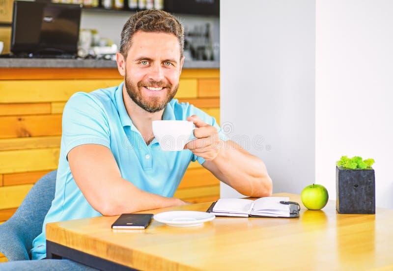 sunda vanor Sund näring för manomsorgvitamin under arbetsdags Fysiskt och mentalt wellbeingbegrepp Mannen sitter royaltyfri foto