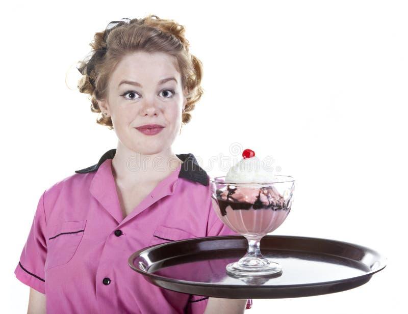 sundae ύφους πάγου κρέμας εν ενεργεία εκλεκτής ποιότητας σερβιτόρα στοκ φωτογραφία με δικαίωμα ελεύθερης χρήσης