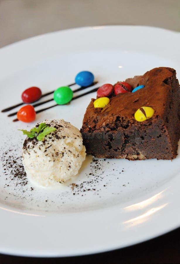 Sundae мороженого пирожного на деревянной таблице стоковые фотографии rf
