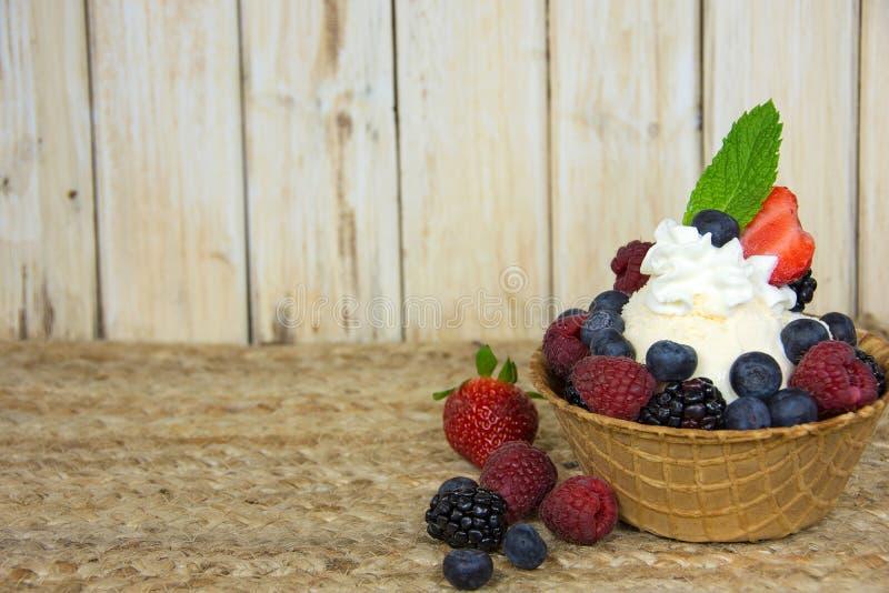 Sundae мороженого ягоды стоковое фото rf