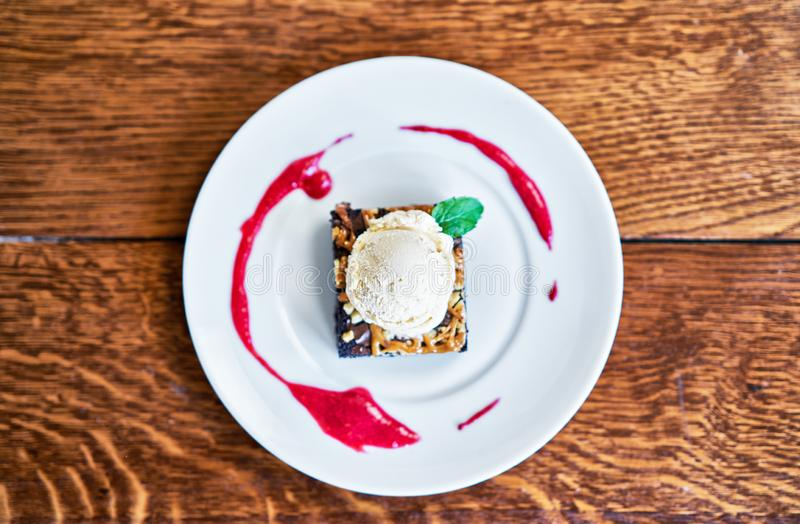 Sundae пирожного с ветроуловителем соуса ванильного мороженого и ягоды стоковая фотография rf