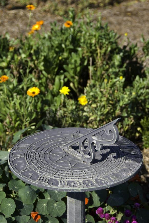 Sundial em um jardim fotos de stock royalty free