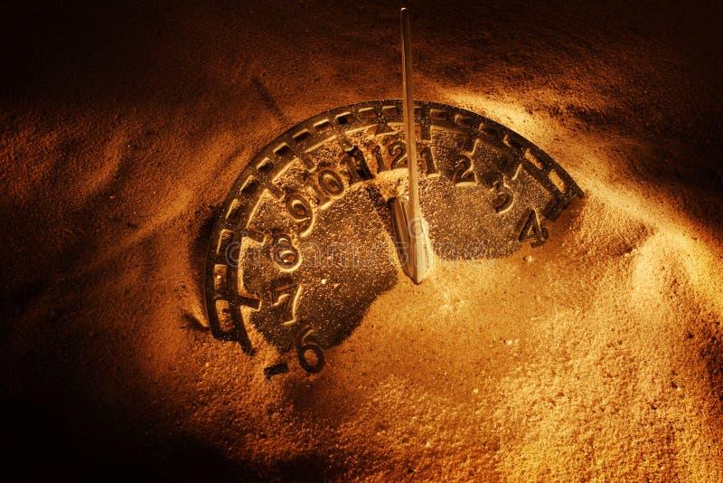 Sundial i sanden arkivbild
