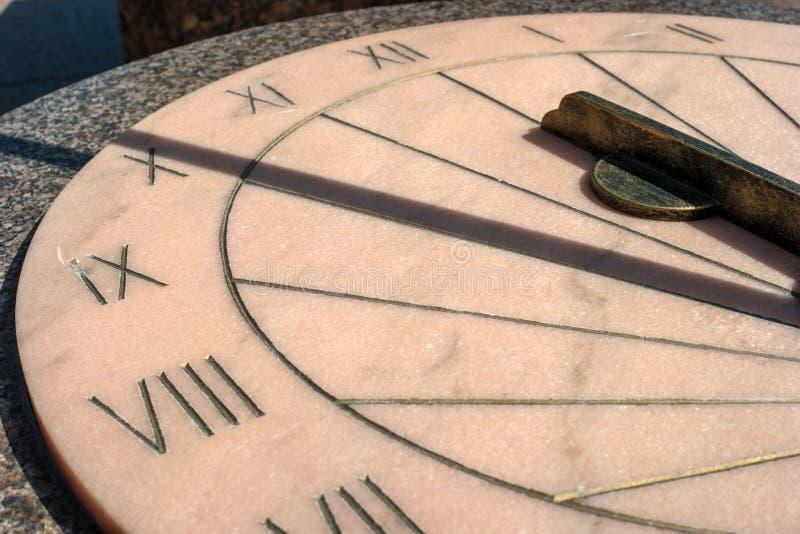 sundial Instalado ao lado do monumento a Paul na terra de parada do palácio de Gatchina fotografia de stock royalty free
