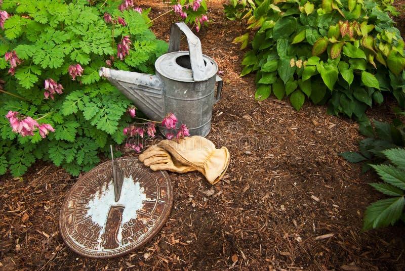 Sundial no Mulch da casca fotos de stock royalty free
