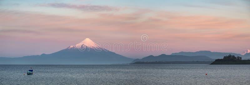 sunet的全景在湖Llanquihue和积雪的奥索尔诺火山火山, Puerto Varas,巴塔哥尼亚,智利的 免版税库存图片