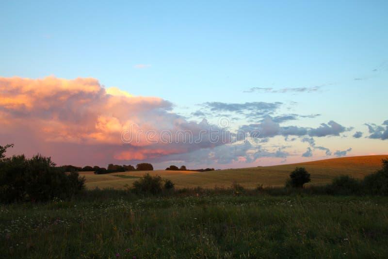 Sunet покрасило облака стоковые изображения rf