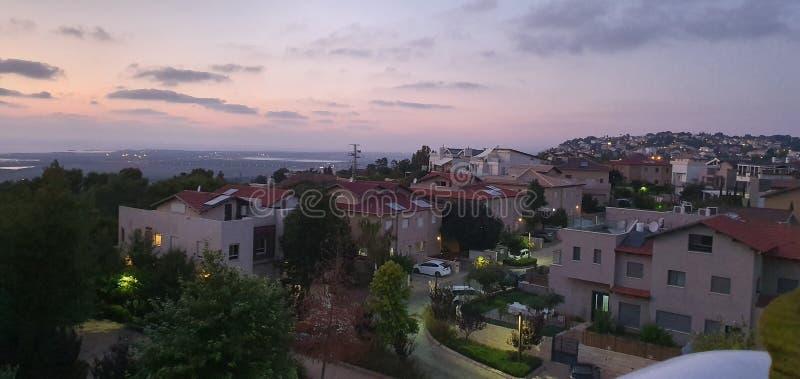 Sunet, horas de verão, vista panorâmica do telhado em Zichron Yaakov, montanha de Carmel, Israel fotografia de stock