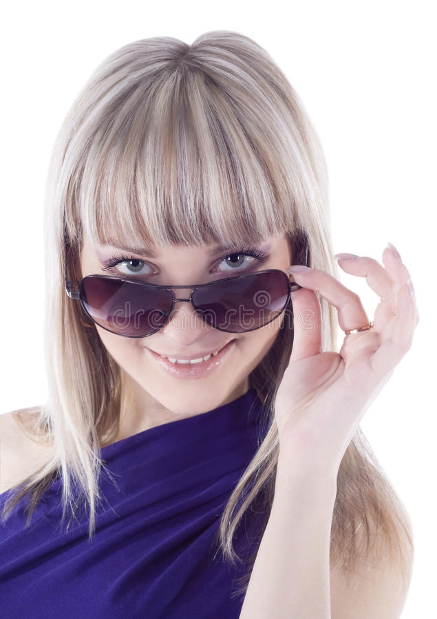 Sunglas s'usants de jeune beau femme photographie stock